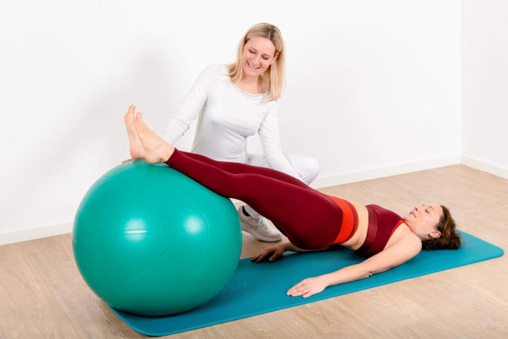 Eigenübungen mittels Pezziball in der Krankengymnastik
