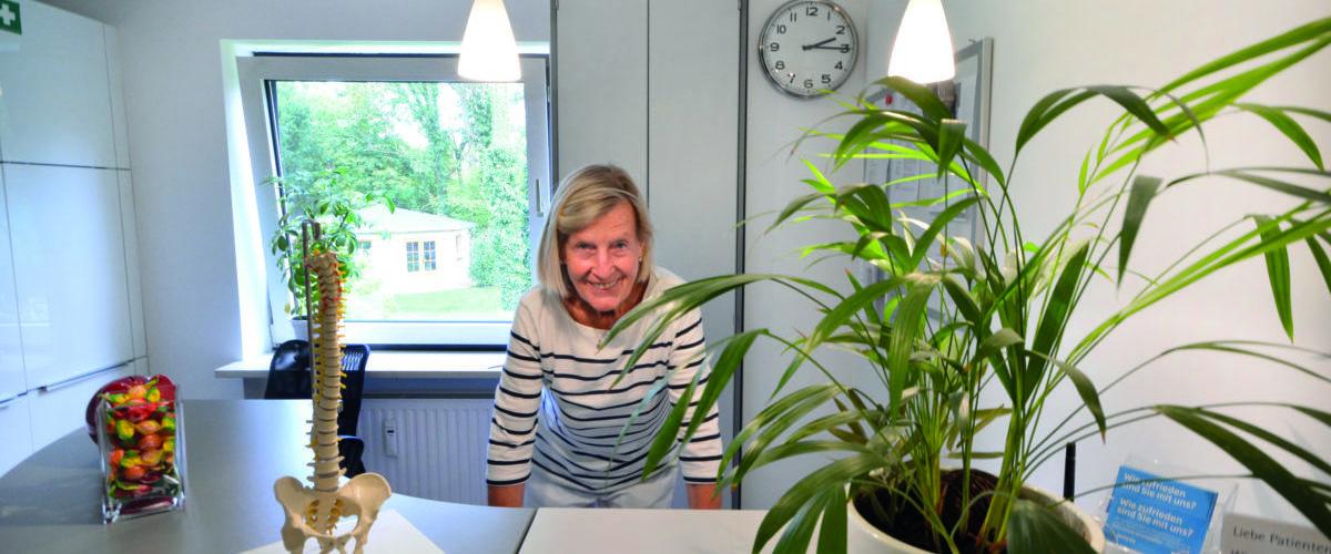 Die gut gelaunte Vorgängerin Frau Erika Griesbach-Fichtner bereitet sich auf die Übergabe ihrer Physiotherapiepraxis an Cindy Sonntag Physiotherapie vor.