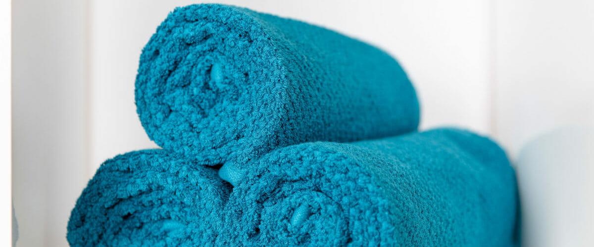 Mit heißem Wasser vollgesogene Handtücher für die Heiße Rolle.