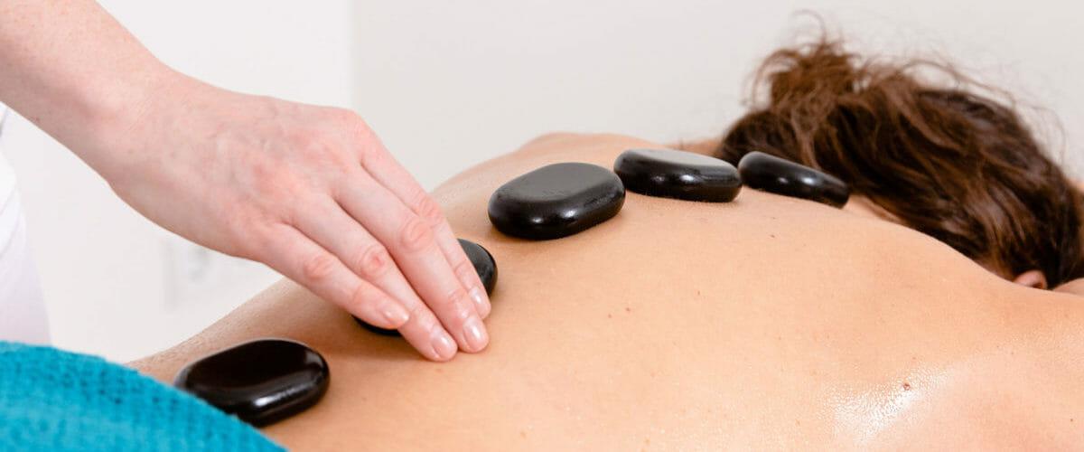 Heiße Steine zur Entspannung und zur Förderung der Durchblutung.