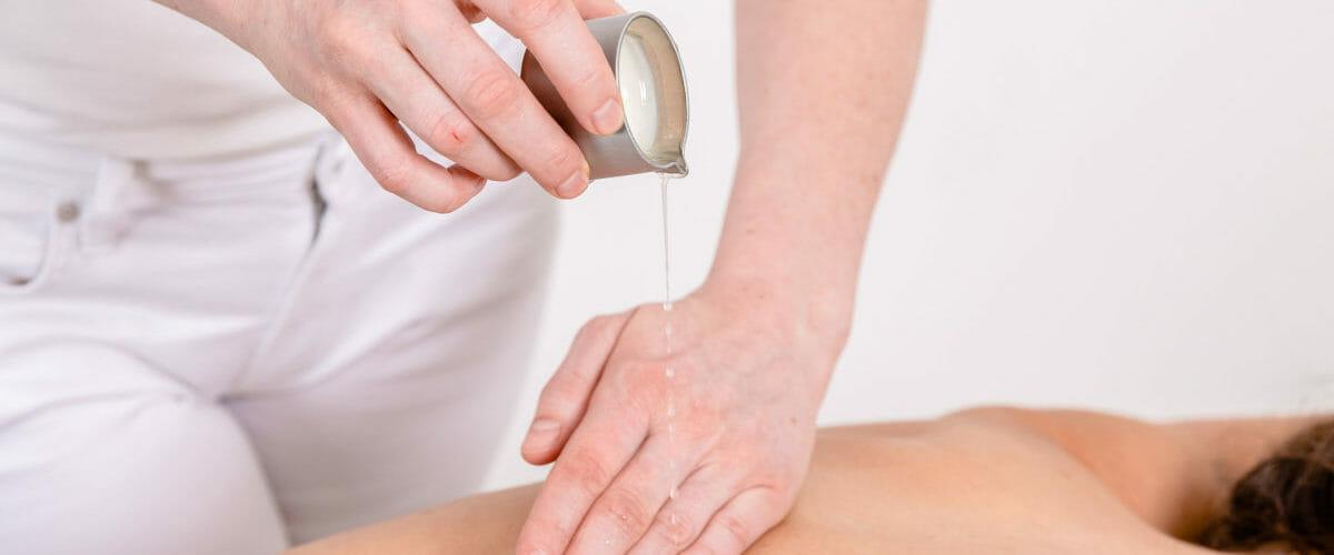 Heißes Kerzenöl zur Entspannung und Pflege der Haut.