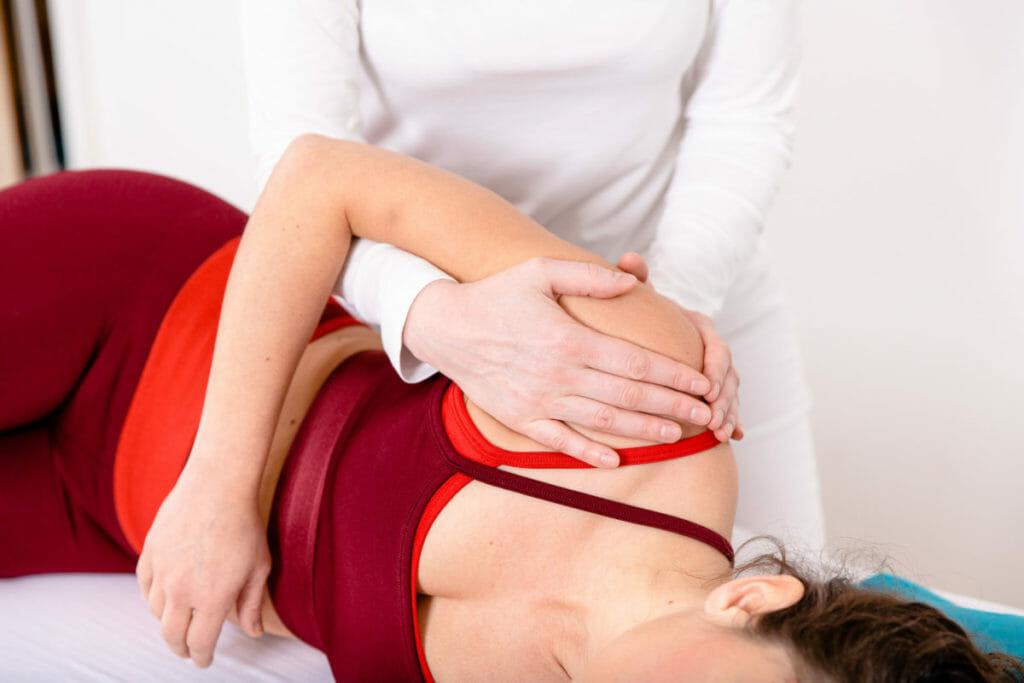Manuelle Therapie an der Schulter zur Förderung der Beweglichkeit.